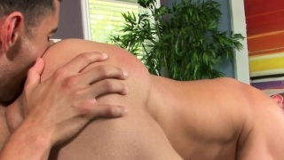 Hunky-masseuse-enjoys-straight-firsttimer_01