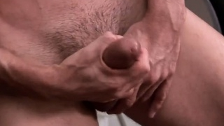Muscly hottie makes himself cum